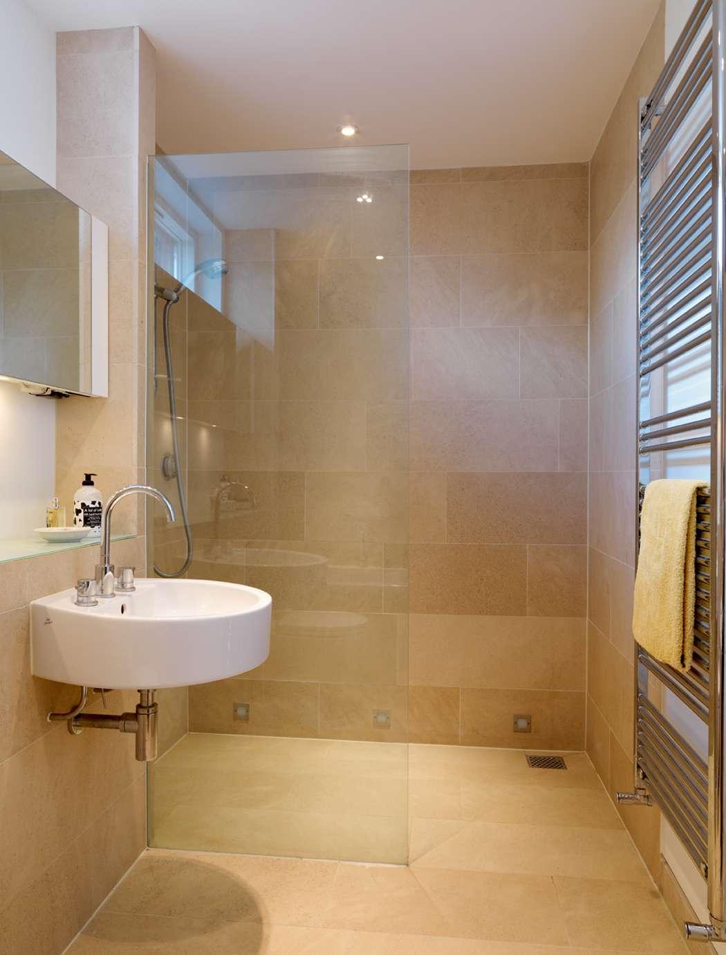 Бежевая ванная комната с керамогранитной плиткой