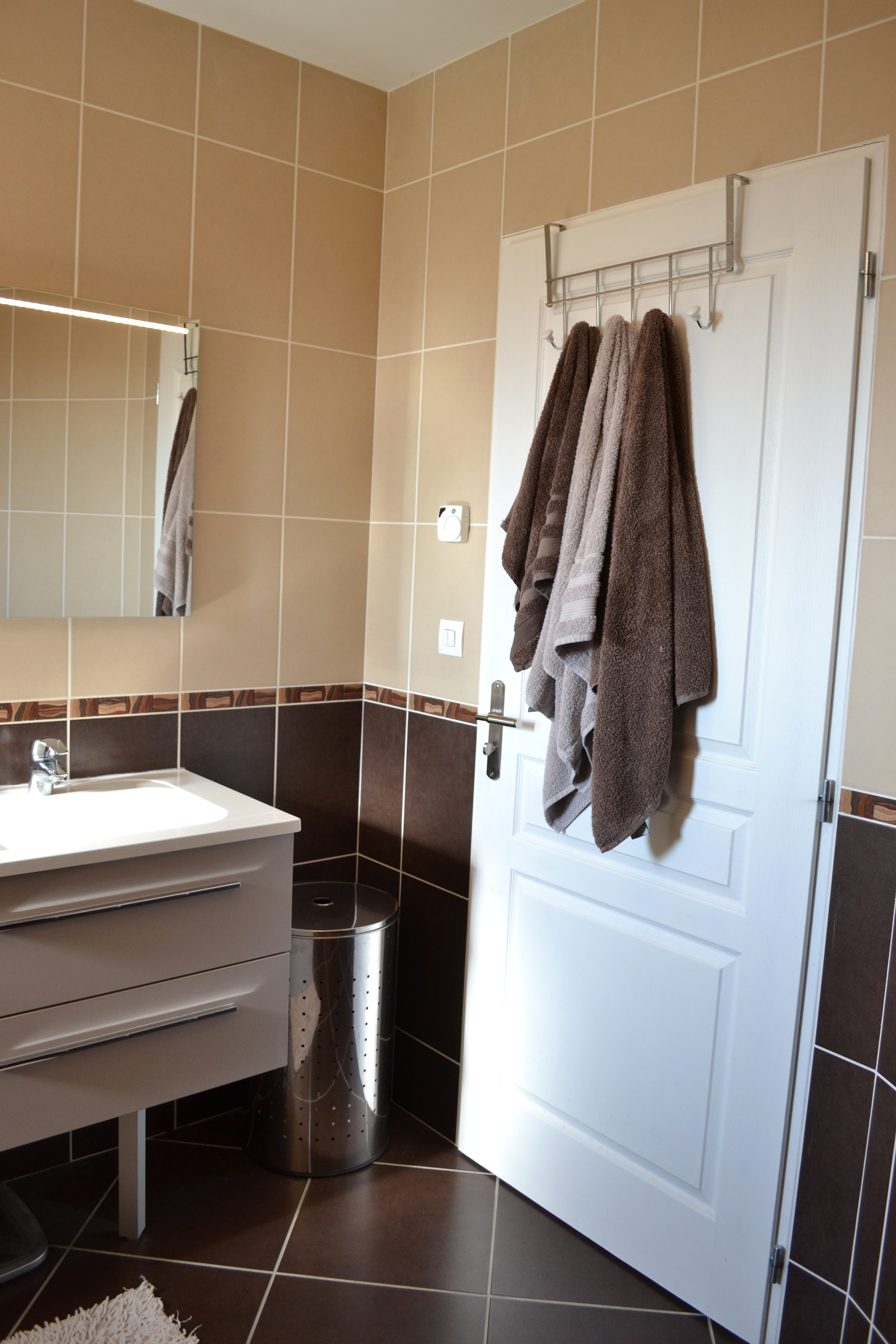 Бежевая ванная комната с коричневой плиткой