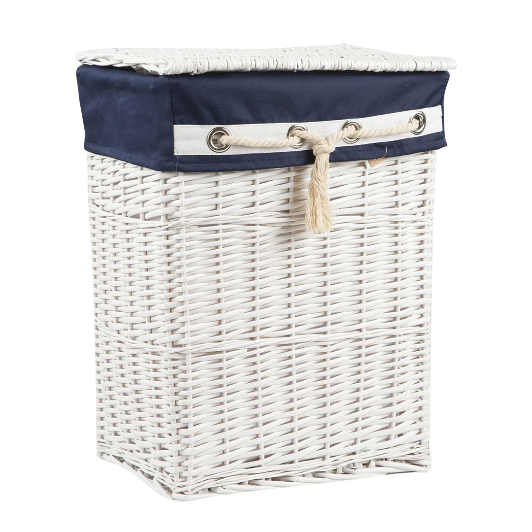 Белая плетеная корзина для белья в ванной
