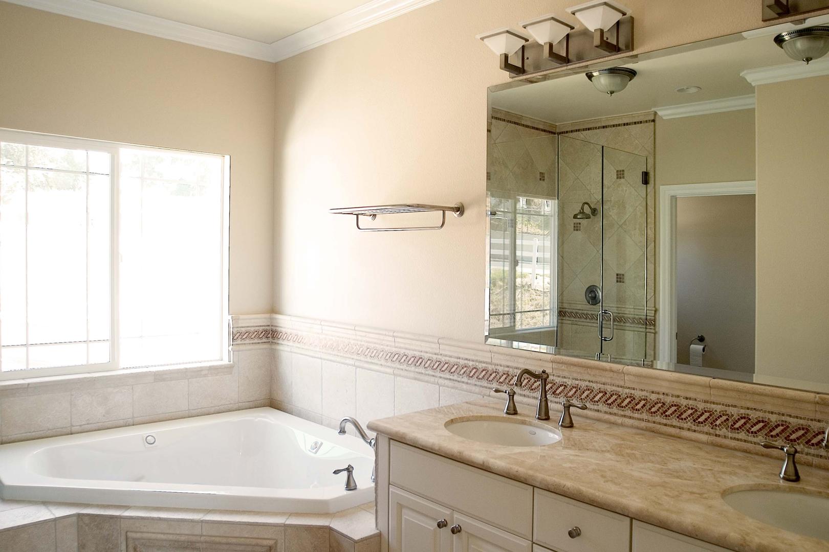 Бежевая ванная комната с крашеными стенами