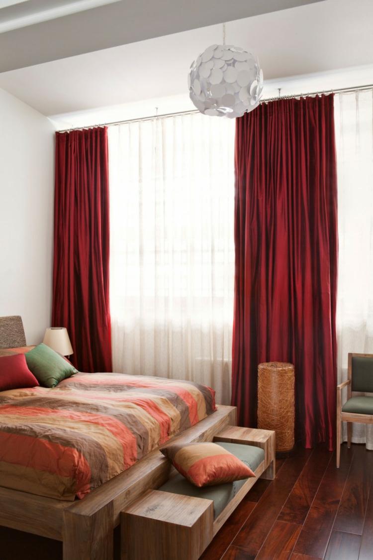 Спальня 14 кв.м. с красными шторами