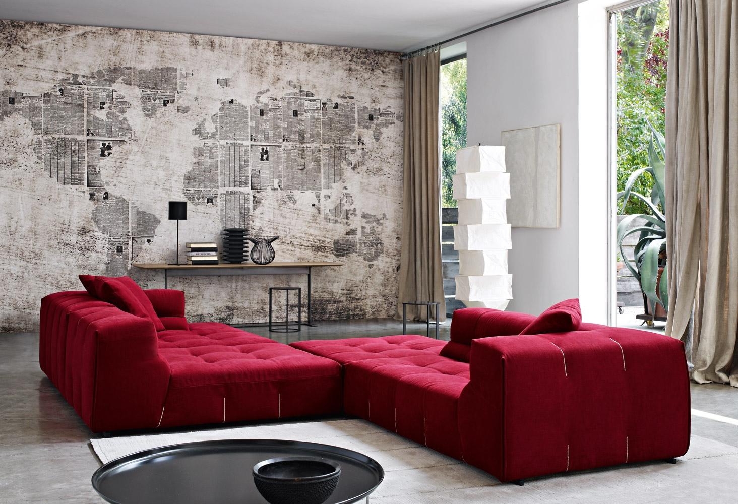 Красный модульный диван в большой гостиной