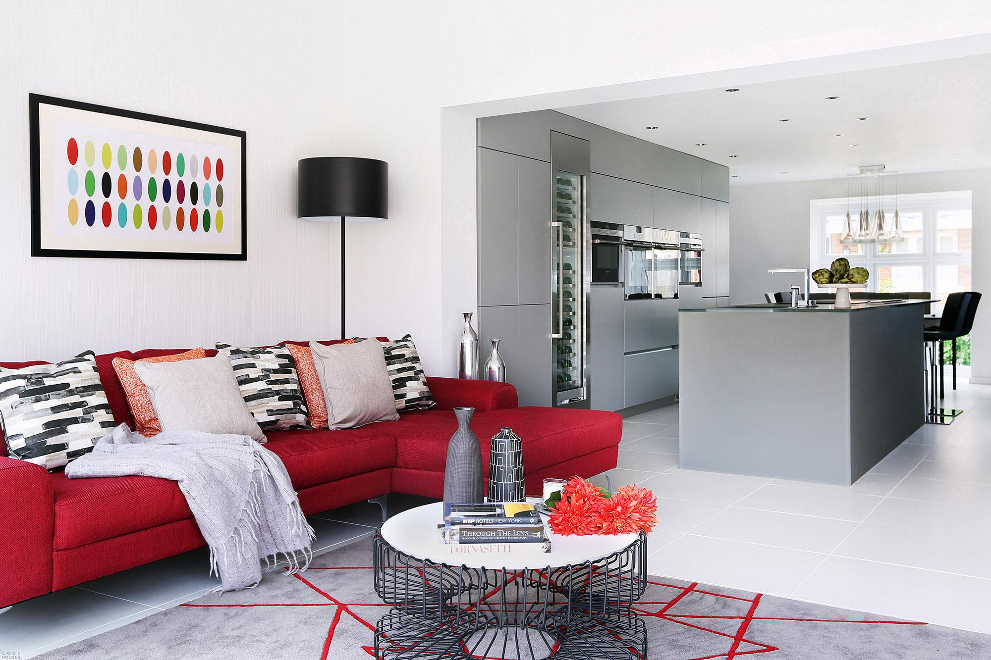 Красный диван в гостиной-кухне