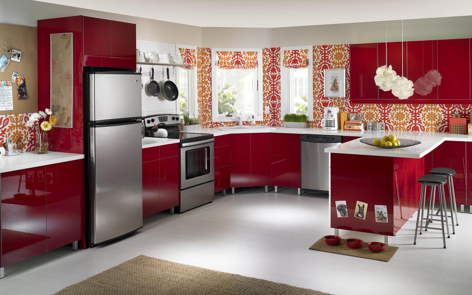 Красно-белый гарнитур с полуостровом на кухне