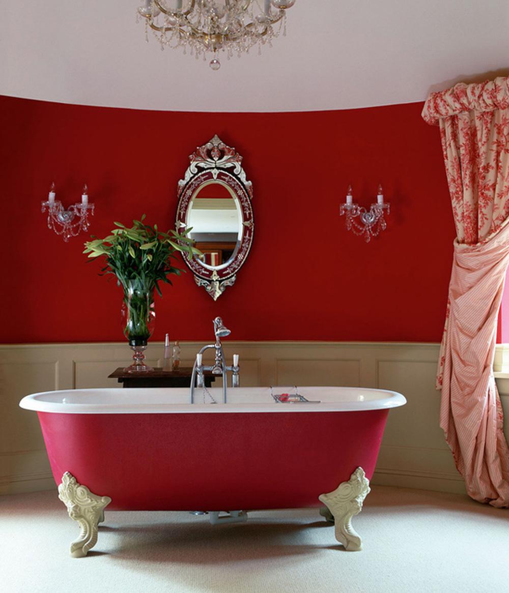 Красная ванна и отделка в санузле
