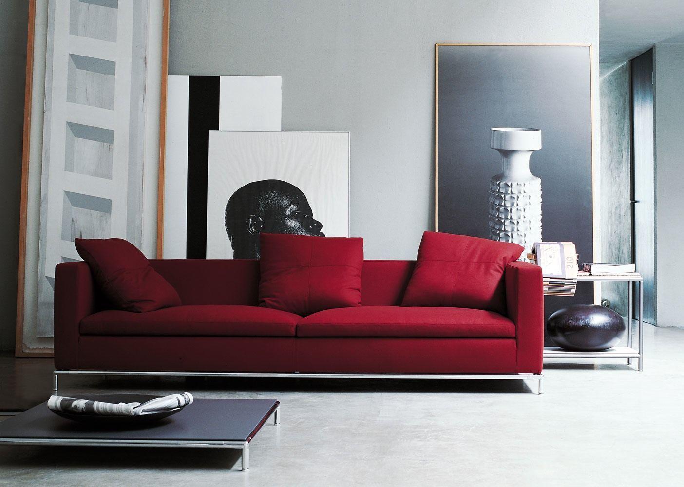 Красный диван в черно-белой гостиной
