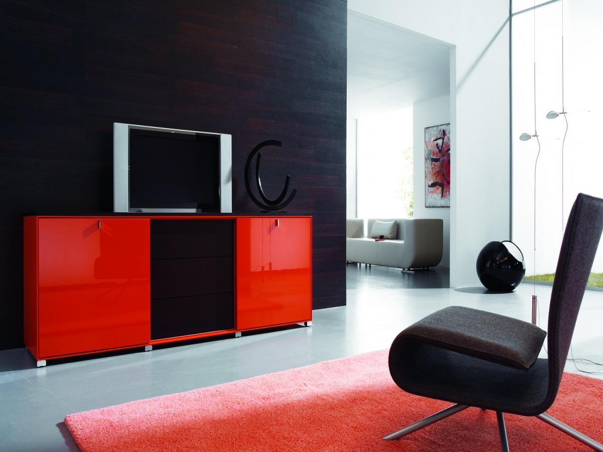 Красная тумба под телевизор и ковер в гостиной
