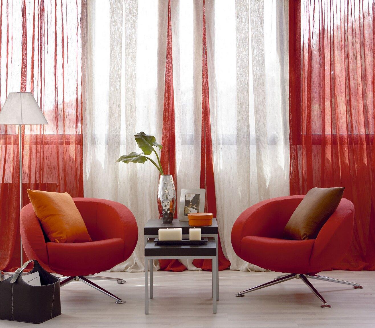 Красные кресла и шторы в интерьере