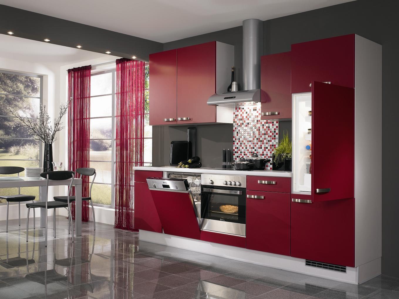 Красно-белый кухонный гарнитур в интерьере