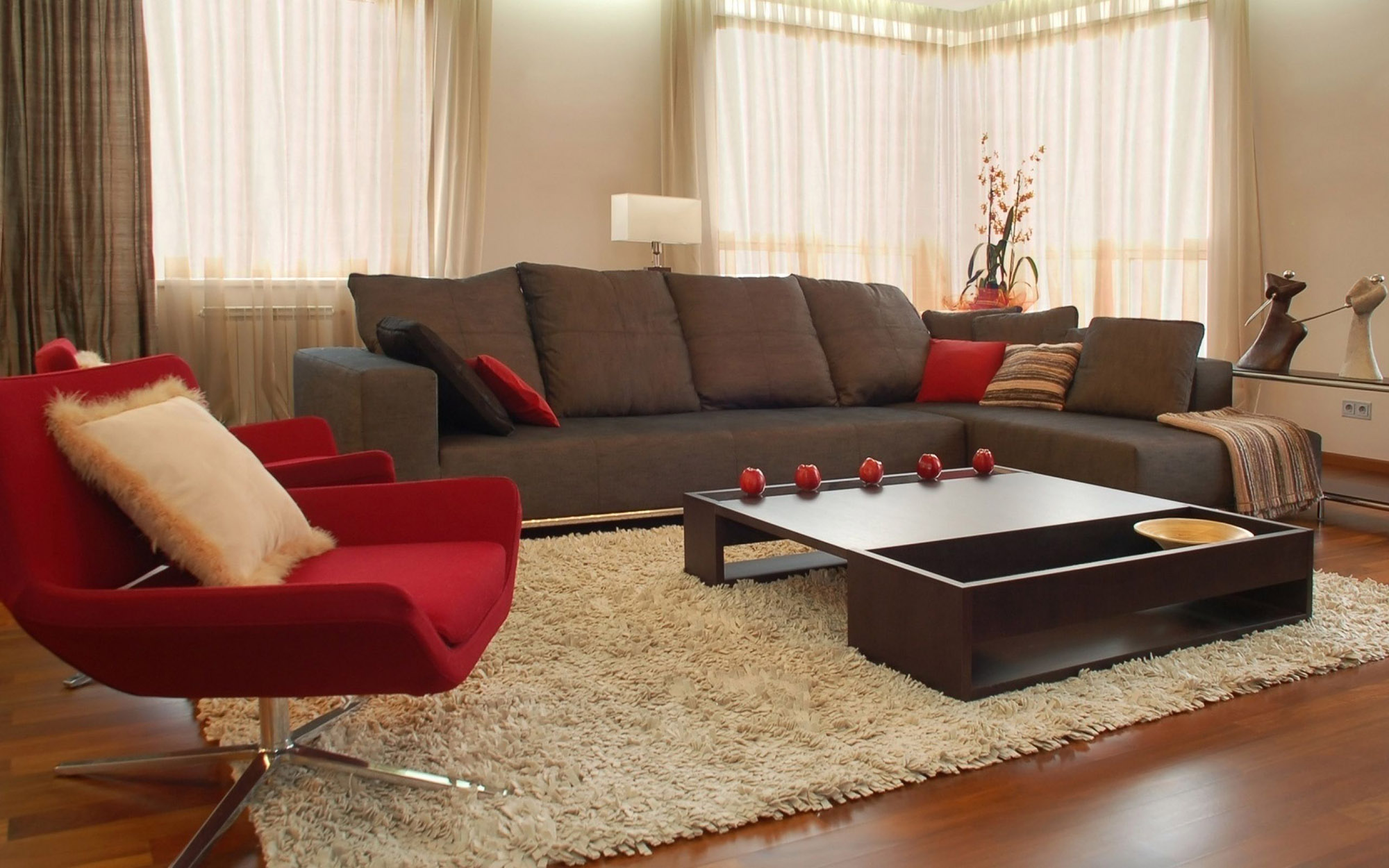 Красное кресло и подушки в гостиной