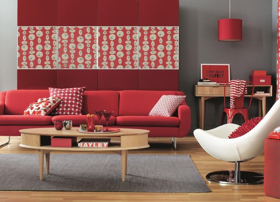 Красный диван, декор и отделка в интерьере