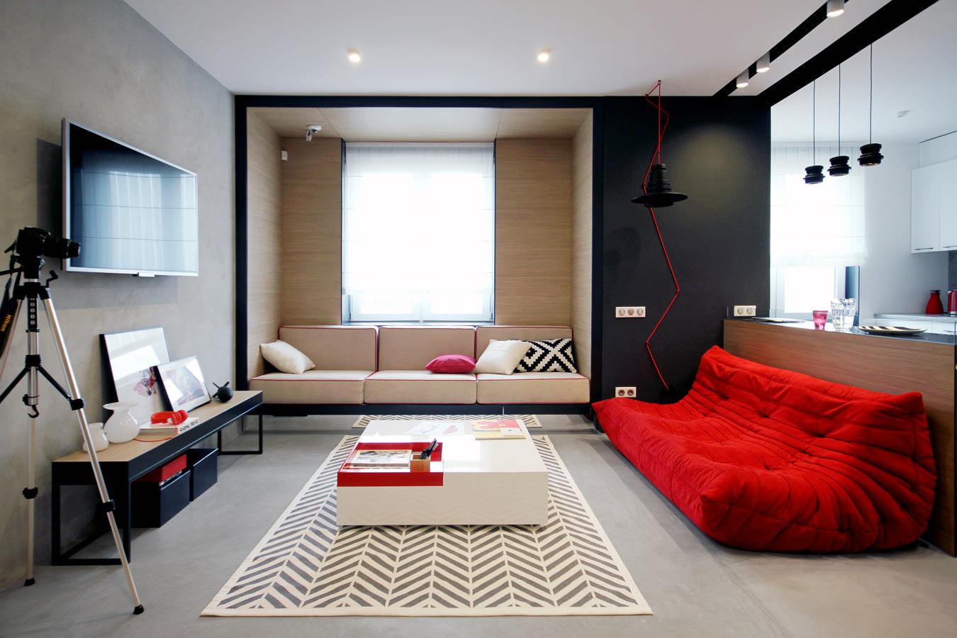 Красный диван и декор в современной гостиной