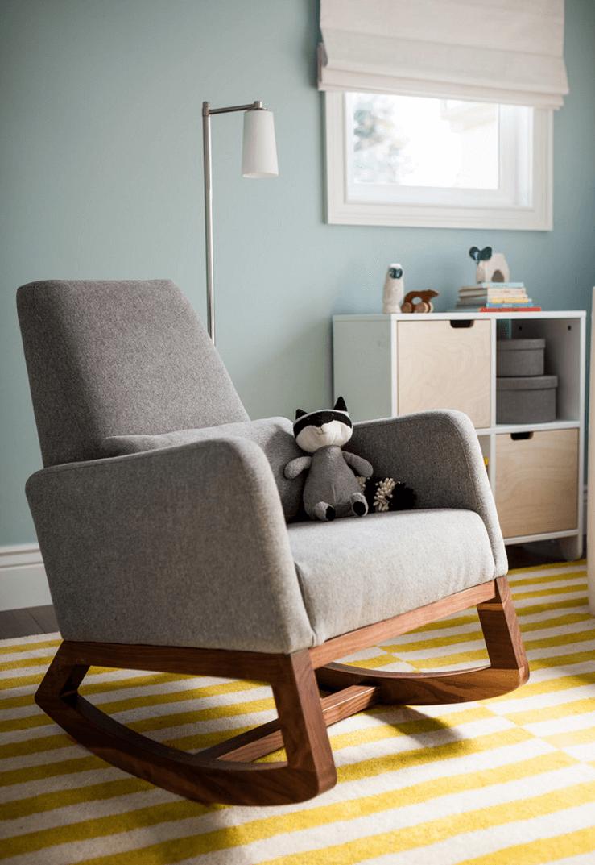 Серо-коричневое кресло-качалка в интерьере