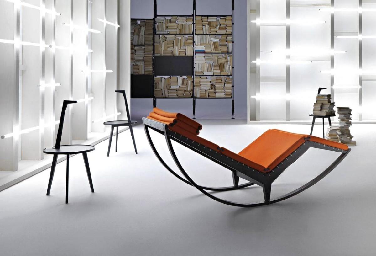 Дизайнерское кресло-качалка в гостиной