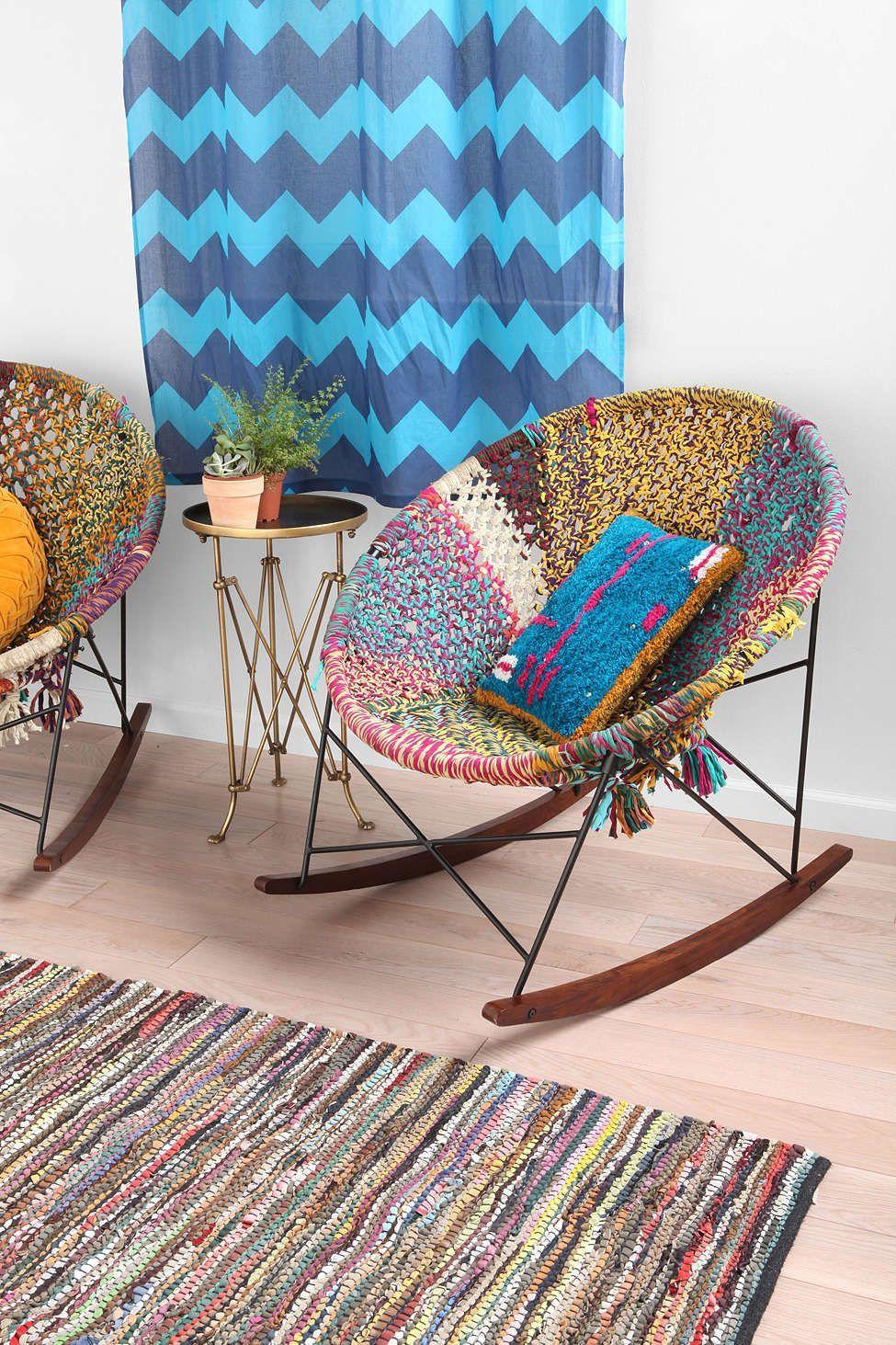 Яркое кресло-качалка в гостиной
