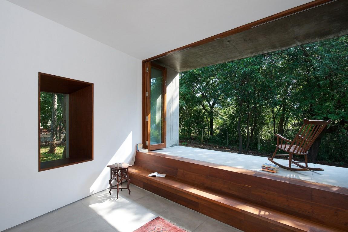 Деревянное кресло-качалка на террасе