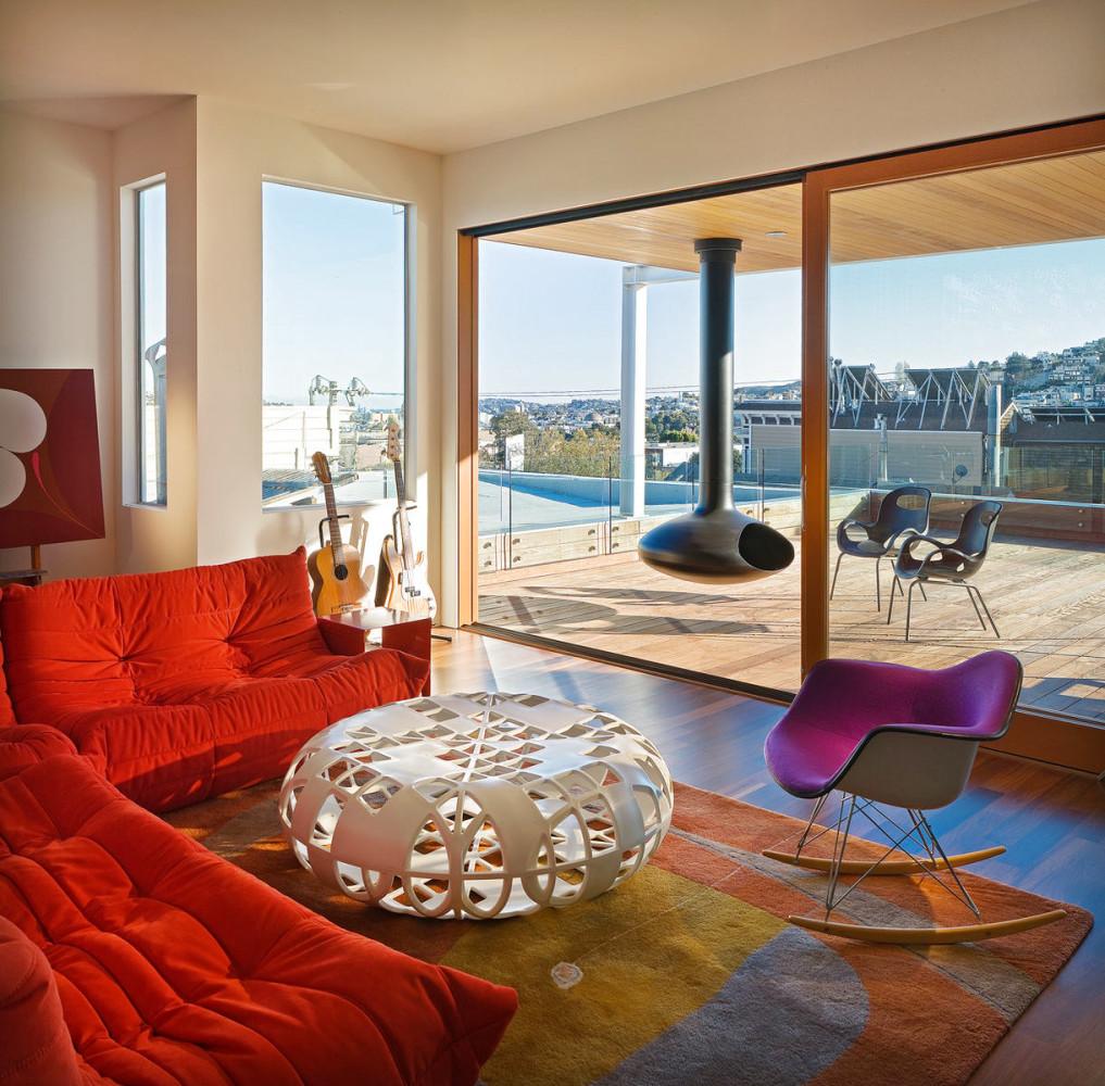 Фиолетовое кресло-качалка в гостиной