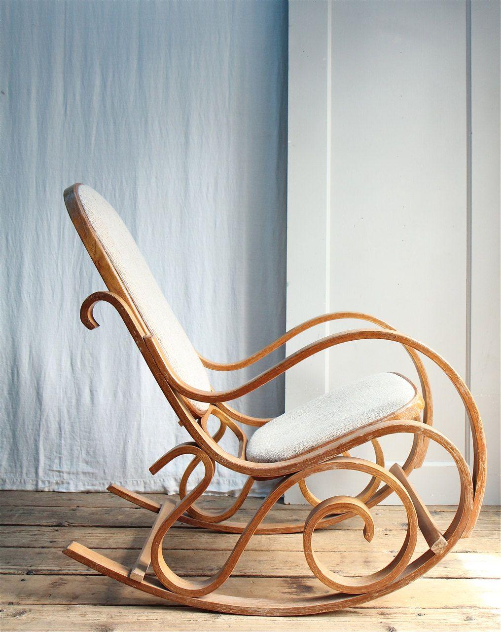 Кресло-качалка из дерева в гостиной
