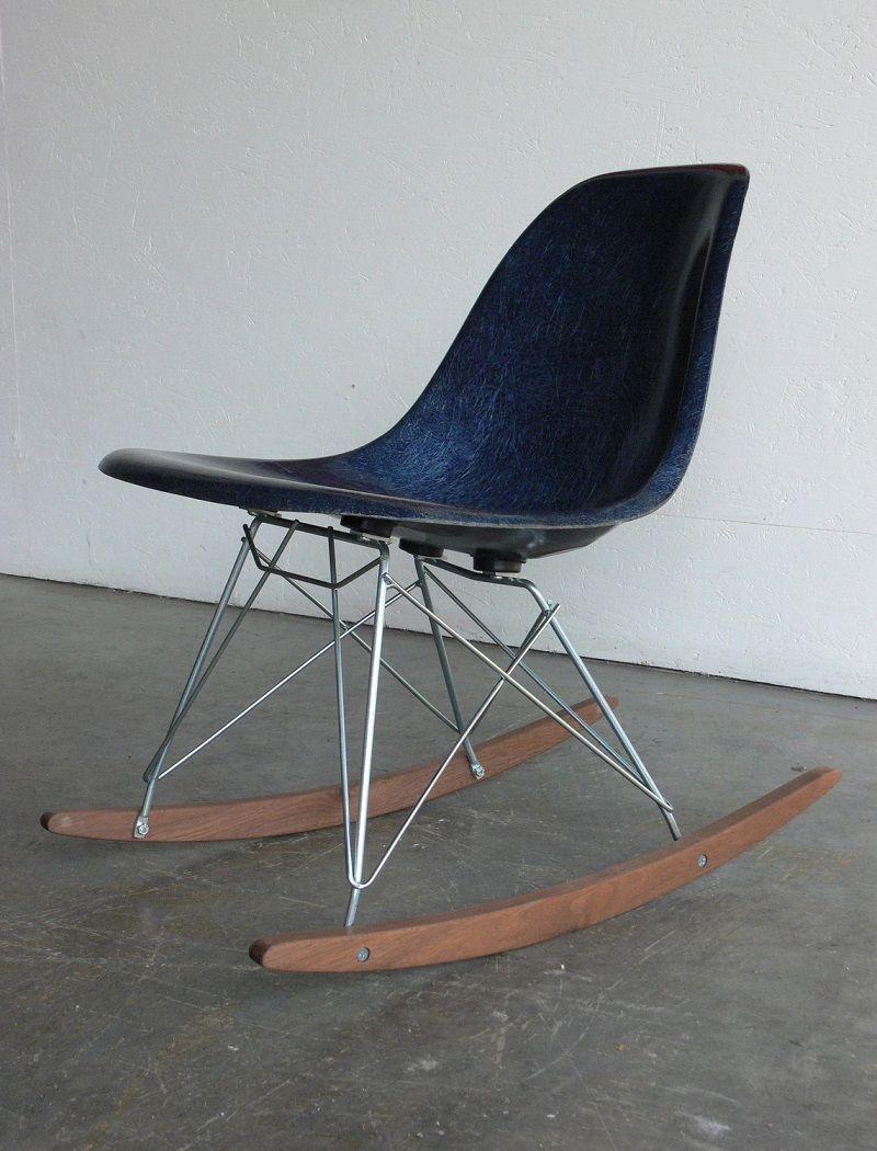 Синее современное кресло-качалка в гостиной