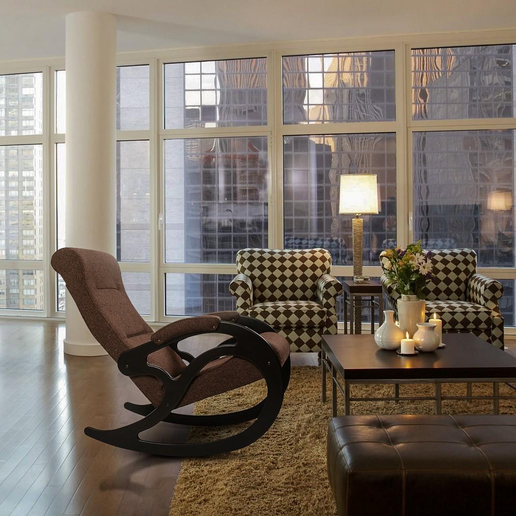 Мягкое современное кресло-качалка в гостиной