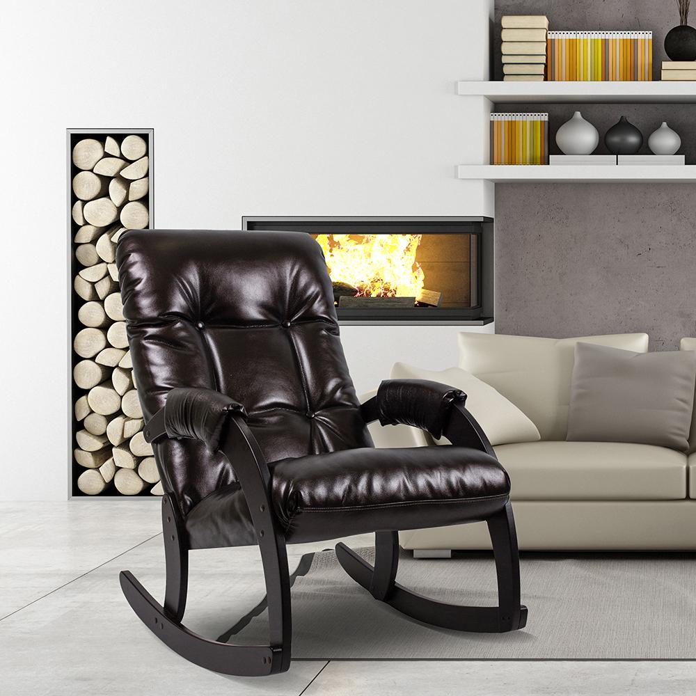 Черное кожаное кресло-качалка в гостиной с камином