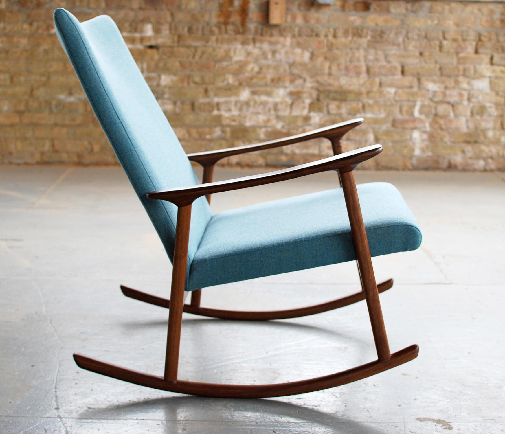 Коричнево-голубое кресло-качалка в гостиной