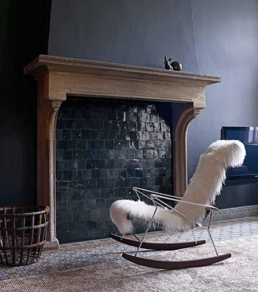 Стильное современное кресло-качалка в гостиной