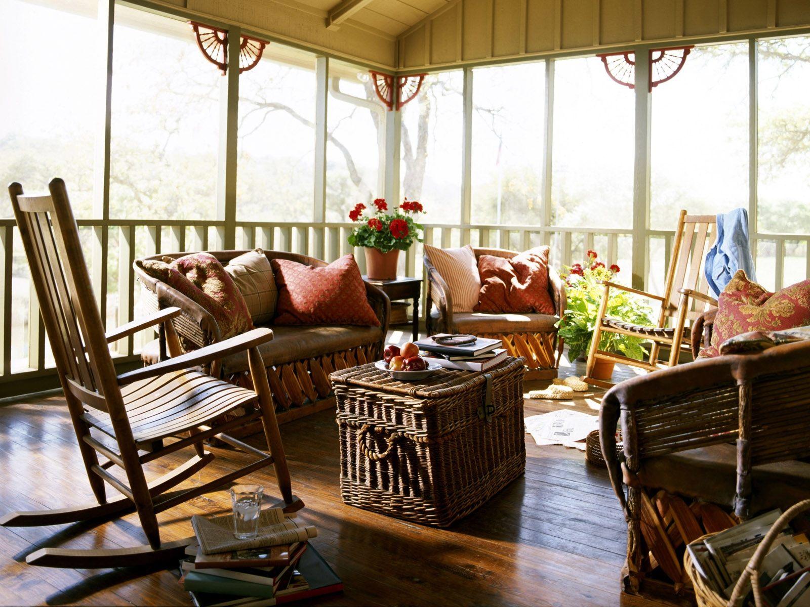 Уютное кресло-качалка на террасе