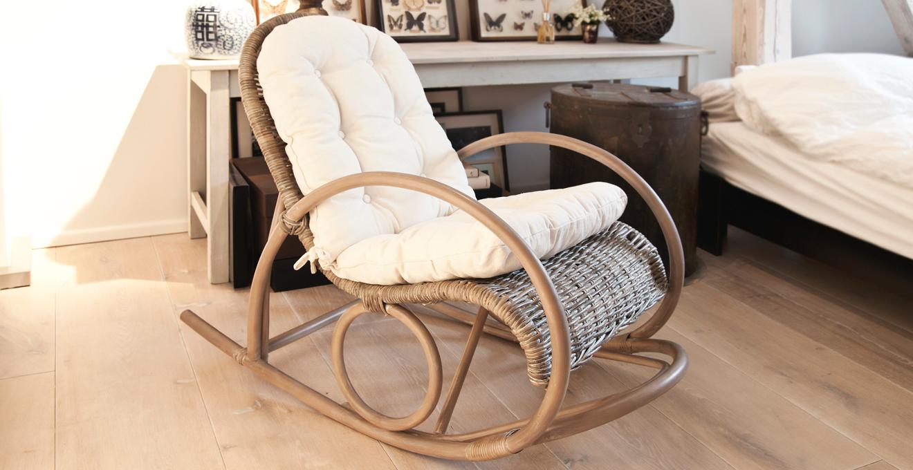 Плетеное кресло-качалка в интерьере