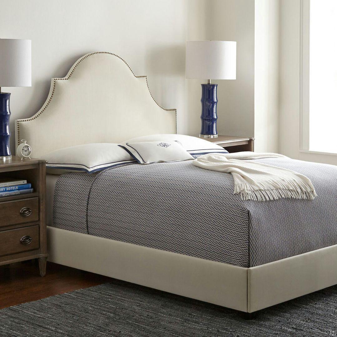 Белая кровать с мягким изголовьем в морском стиле