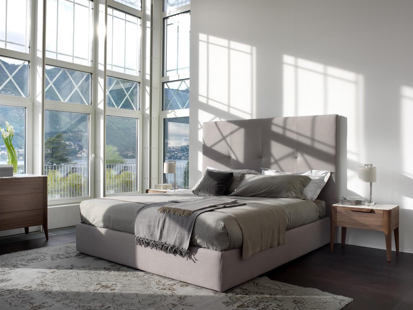 Серая минималистичная кровать с мягким изголовьем