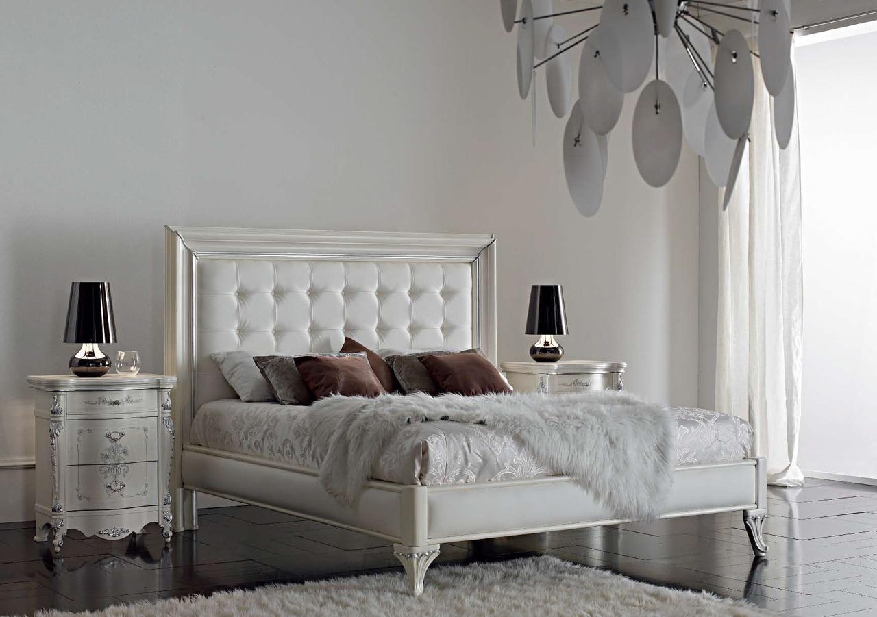 Белая неоклассическая кровать с мягким изголовьем