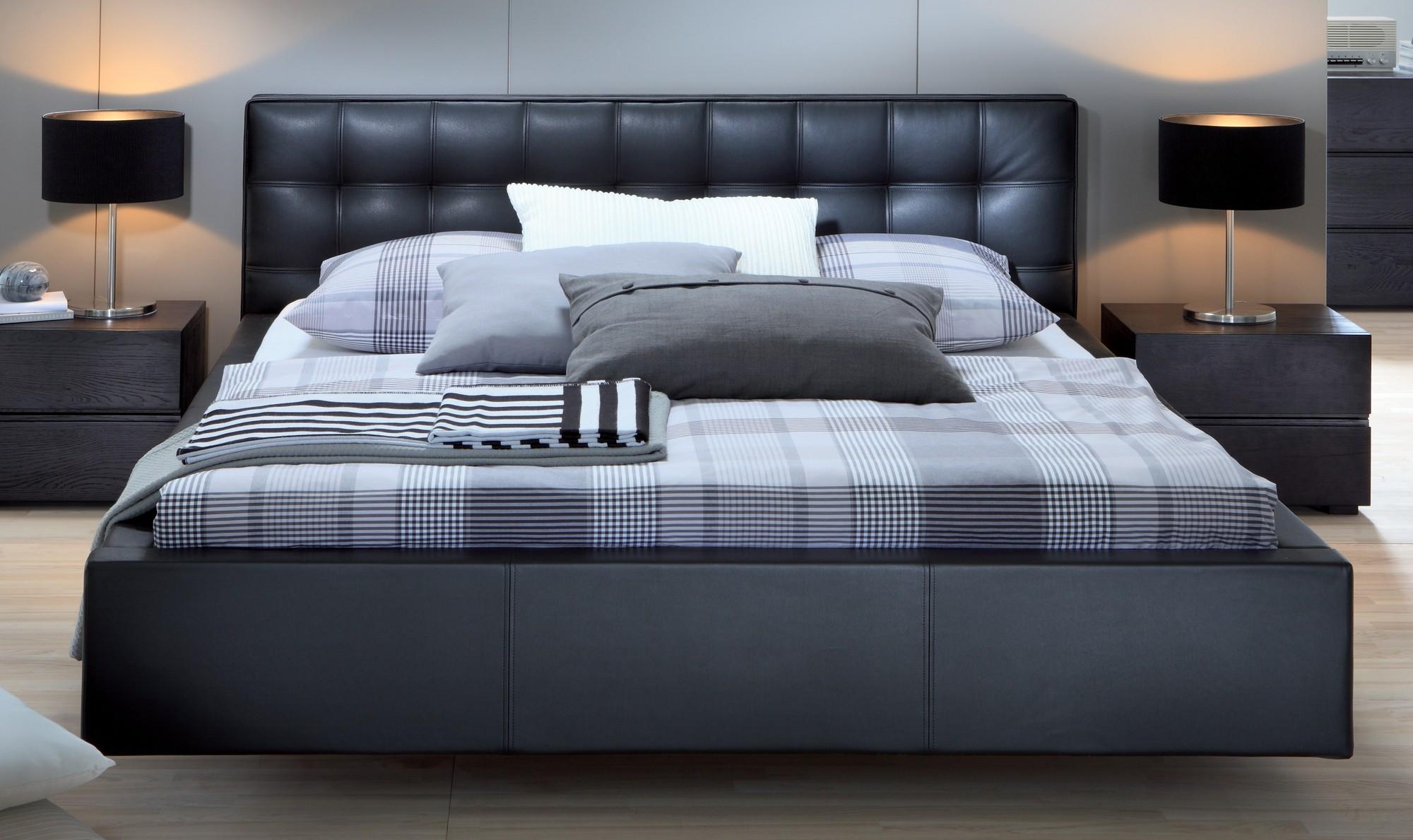 Черная кожаная кровать с мягким изголовьем