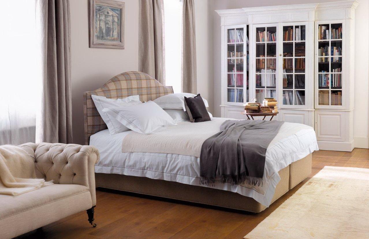 Коричневая кровать с мягким клетчатым изголовьем