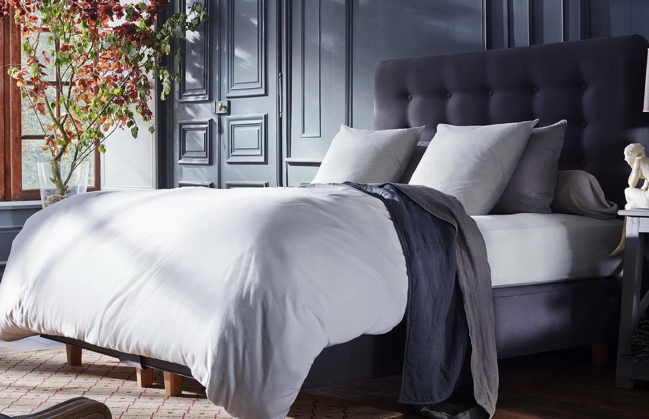 Черная кровать с мягким изголовьем