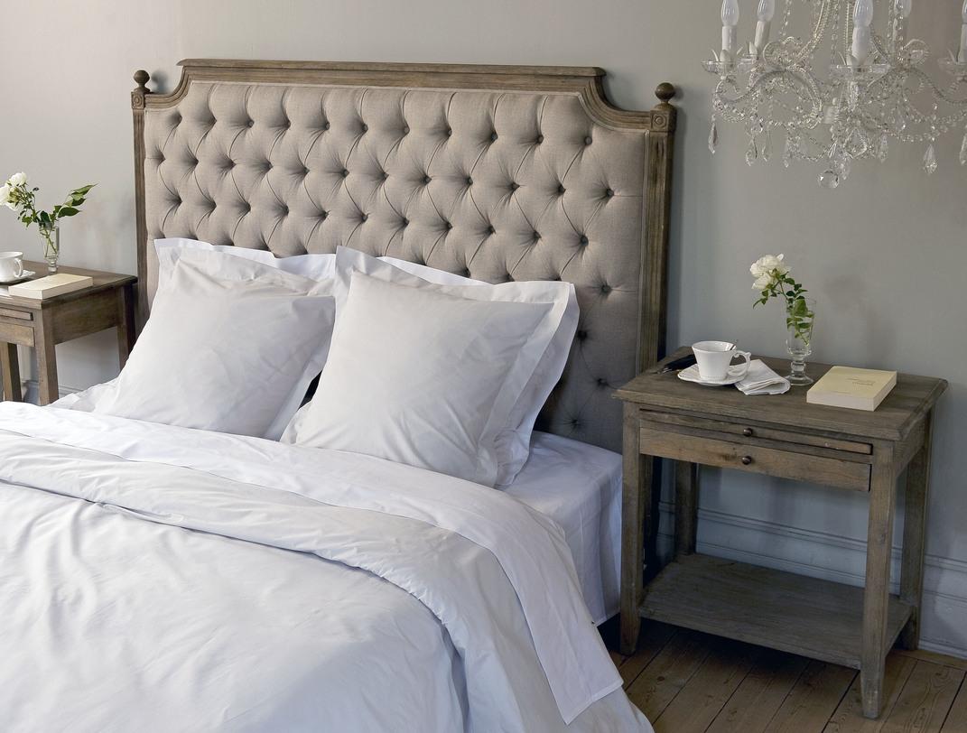 Серая кровать с мягким изголовьем в стиле кантри