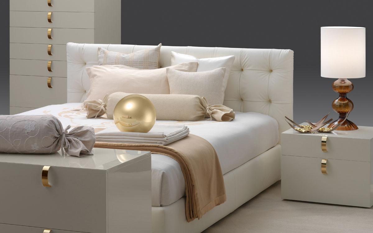 Белая кровать с мягким изголовьем