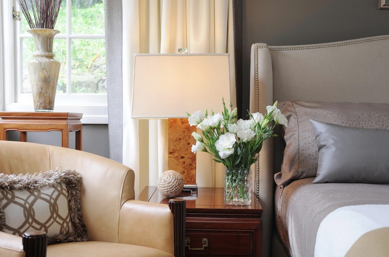 Прикроватная лампа с абажуром