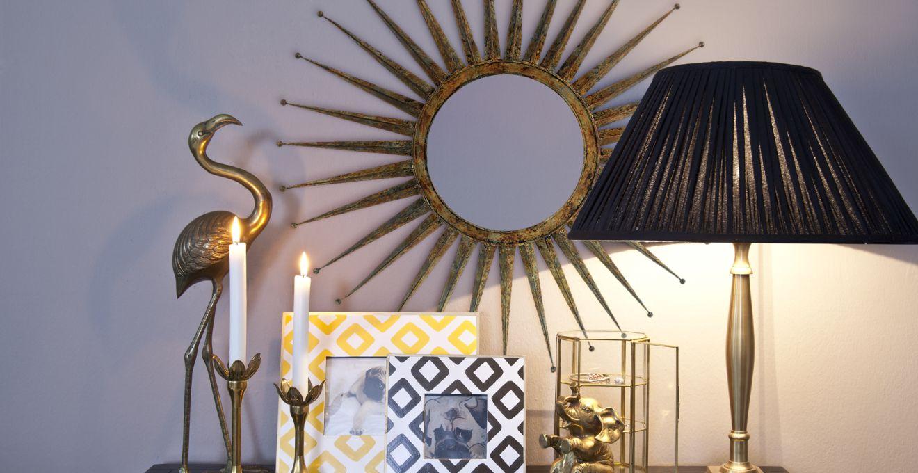 Лампа с черным абажуром в интерьере