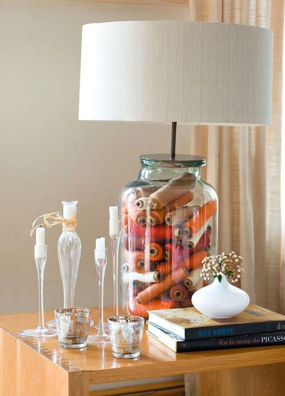Необычная настольная лампа с белым абажуром