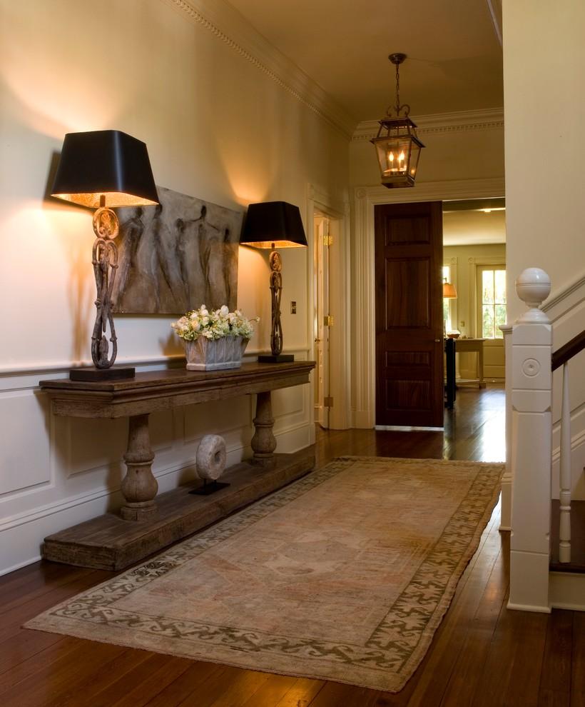 Лампы с черными абажурами в коридоре