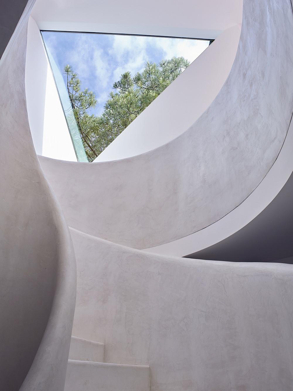 Дом с лестницей в стиле хай тек