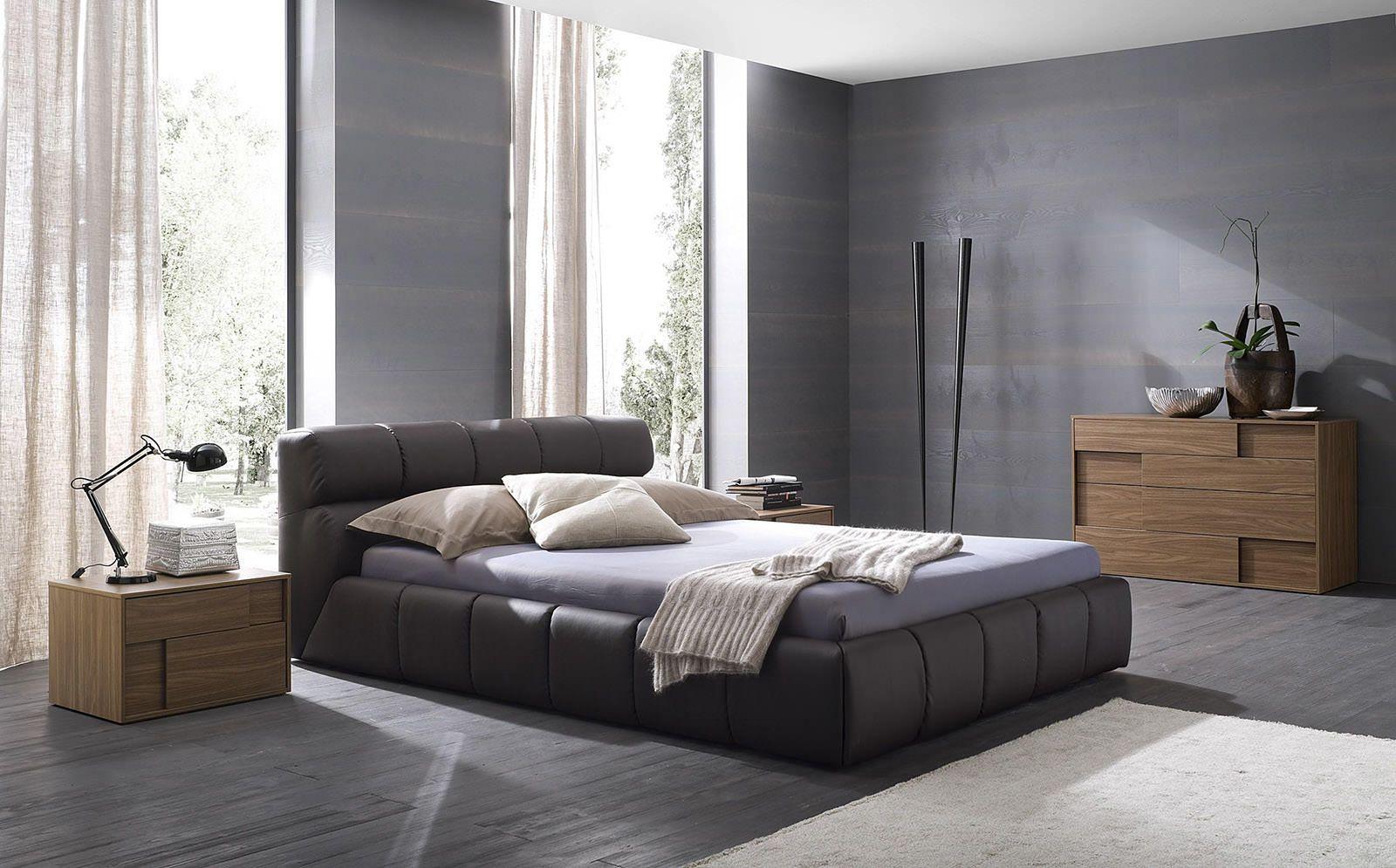 Легкие бежевые льняные шторы в спальне