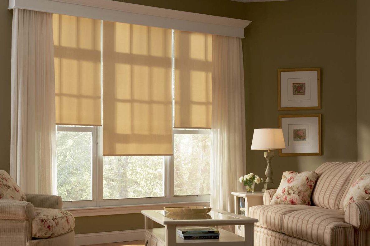 Легкие льняные шторы в интерьере гостиной