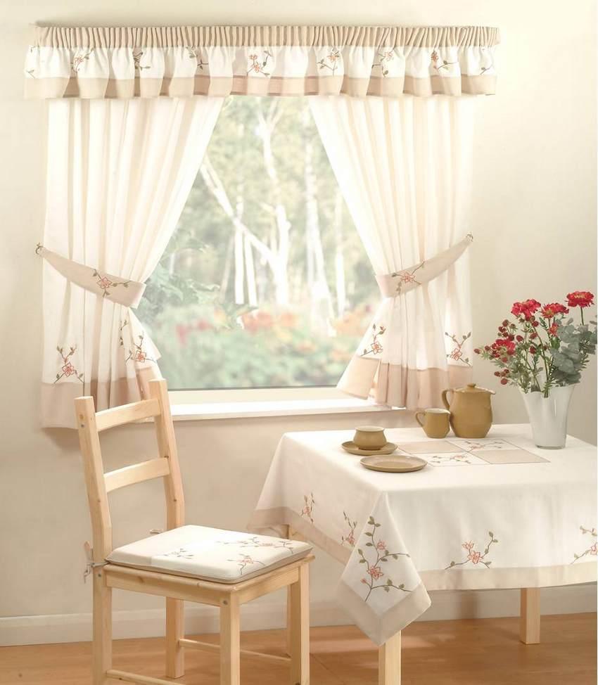 Льняные шторы на кухне в стиле прованс