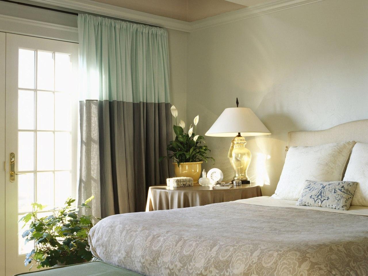 Серо-зеленые льняные шторы в спальне