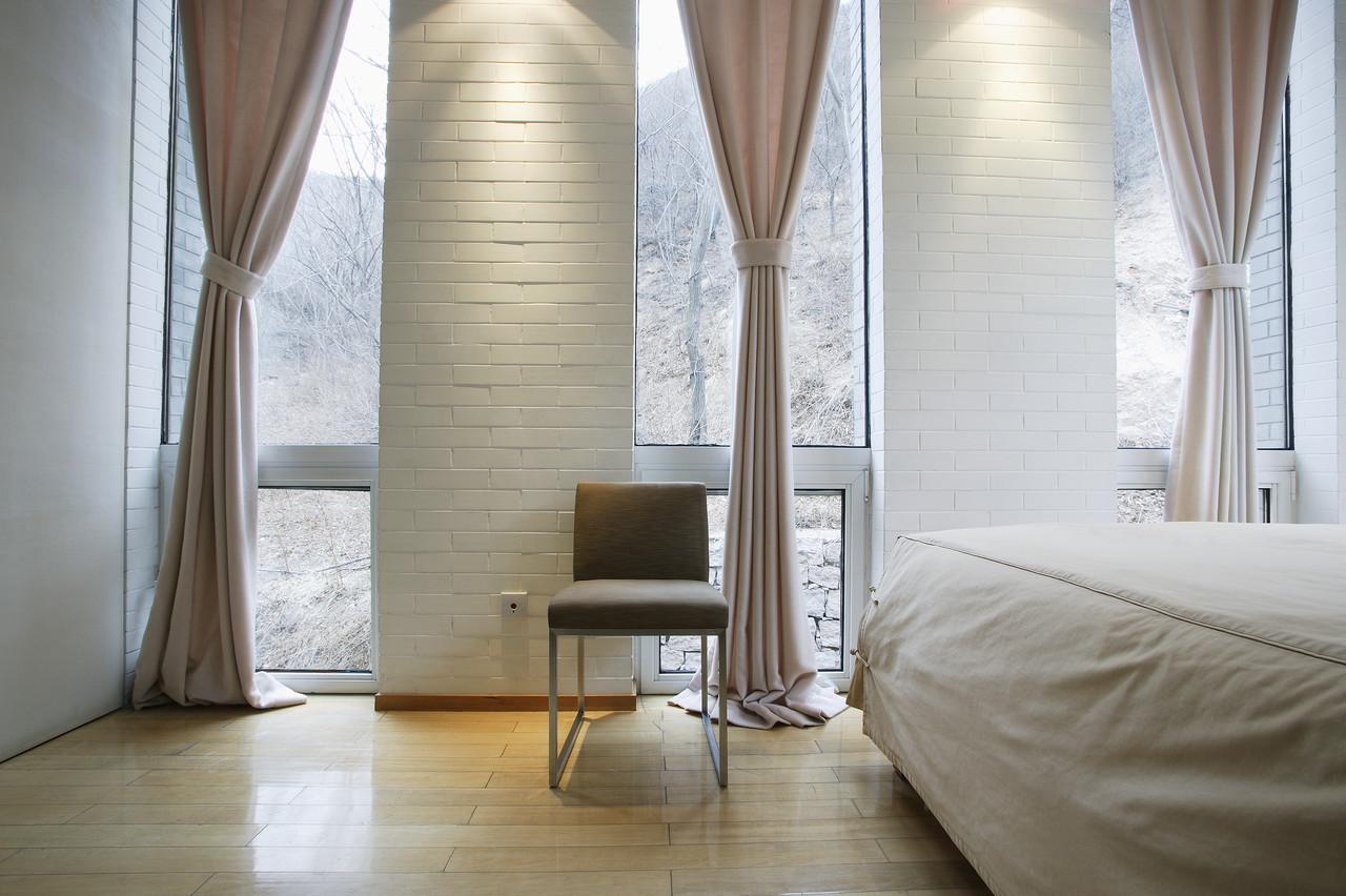 Плотные розовые льняные шторы в спальне