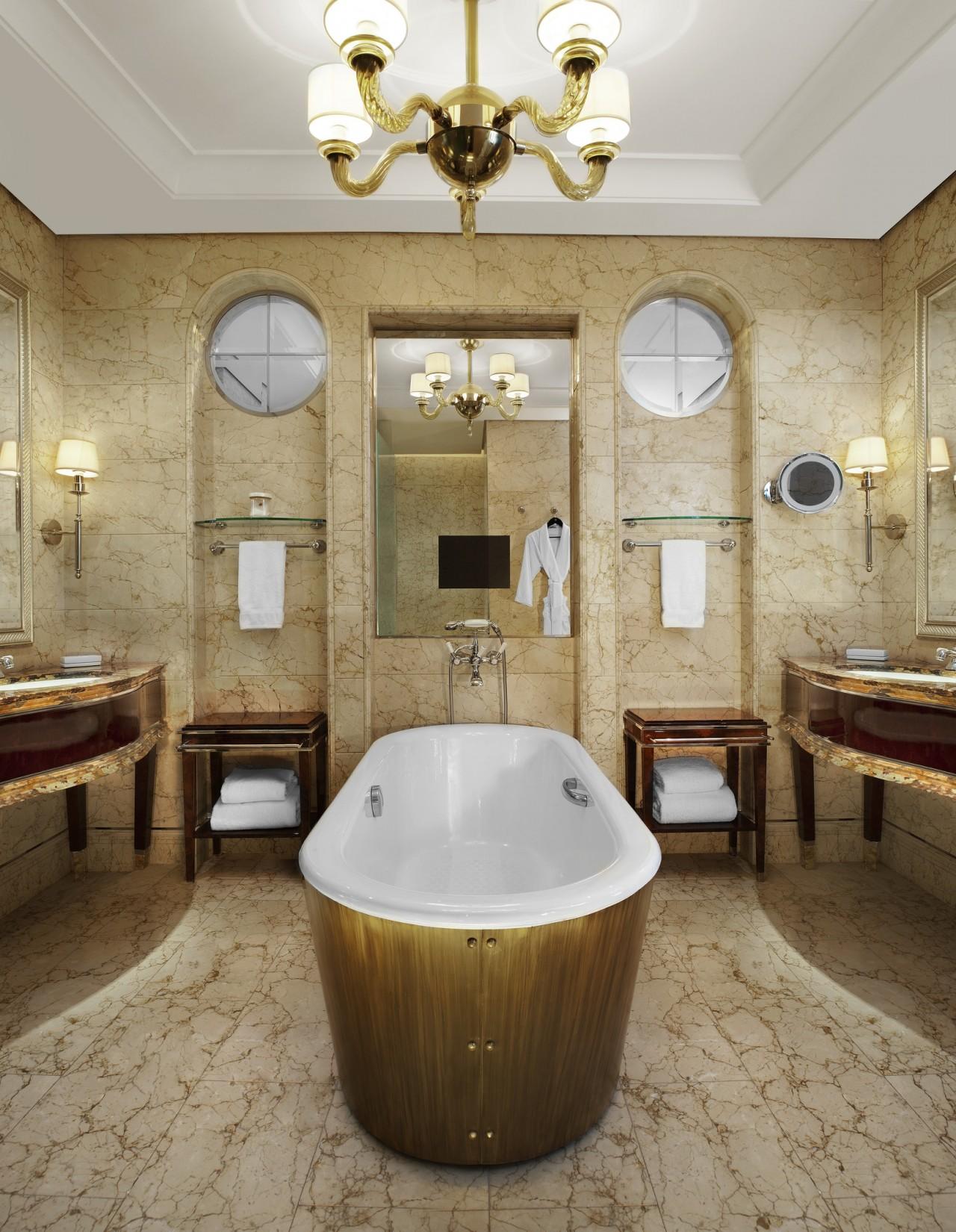 Золотистая люстра в ванной