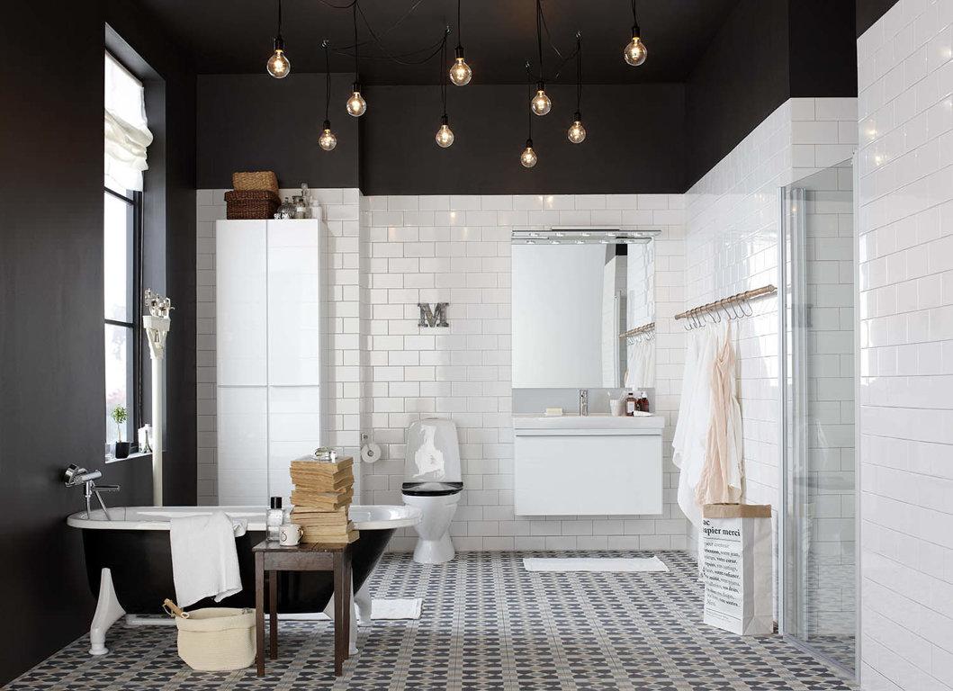 Лампочки в черно-белой ванной