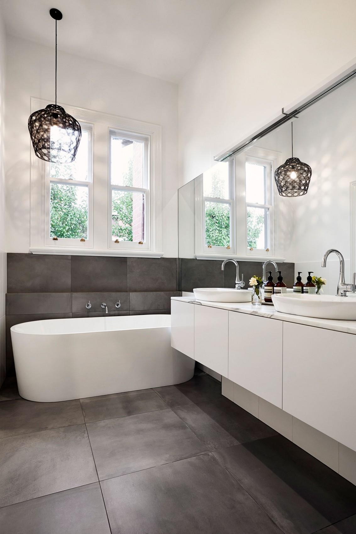 Черная люстра в современной черно-белой ванной